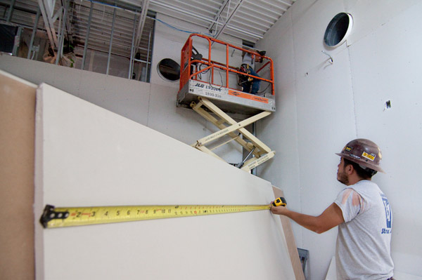 Drywall_workers_on_CreativeVISION_2014_construction_at_DFAC_7825---600